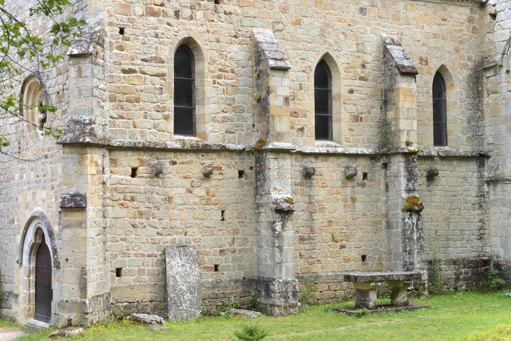 Epinac - Prieuré du Val Saint-Benoît : mur sud et façade de l'église priorale (milieu du XIIIe s.)