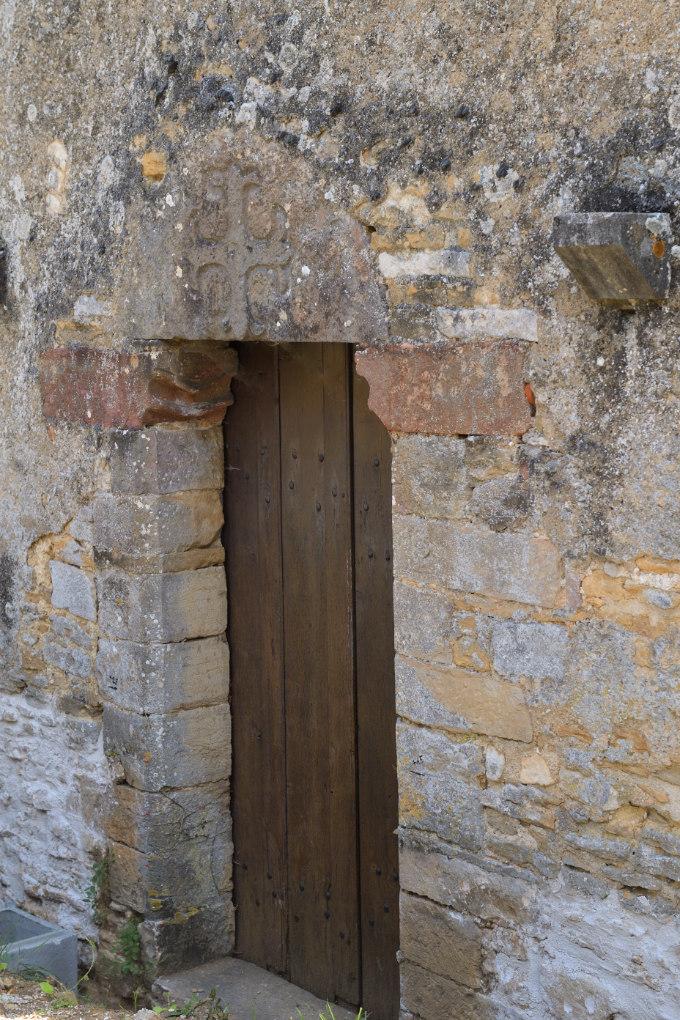 Fixin - Eglise saint-Antoine (XIe-XIIe et XIVe s.) : porte ouest avec linteau orné d'une croix fleurdelisée (XIIIe s.)