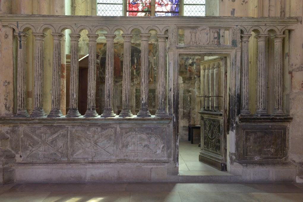 Villeneuve-sur-Yonne - Collégiale Notre-Dame de l'Assomption (XIIe-XVIe s.) : clôture de la chapelle Saint-Nicolas au soubassement orné des symboles des mariniers (XVIe s.)