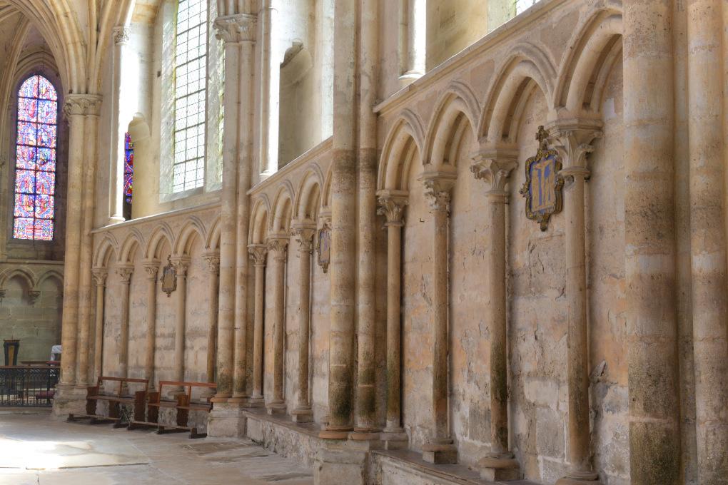 Villeneuve-sur-Yonne - Collégiale Notre-Dame de l'Assomption (XIIe-XVIe s.) : galerie d'arcatures du déambulatoire (XIIIe s.)