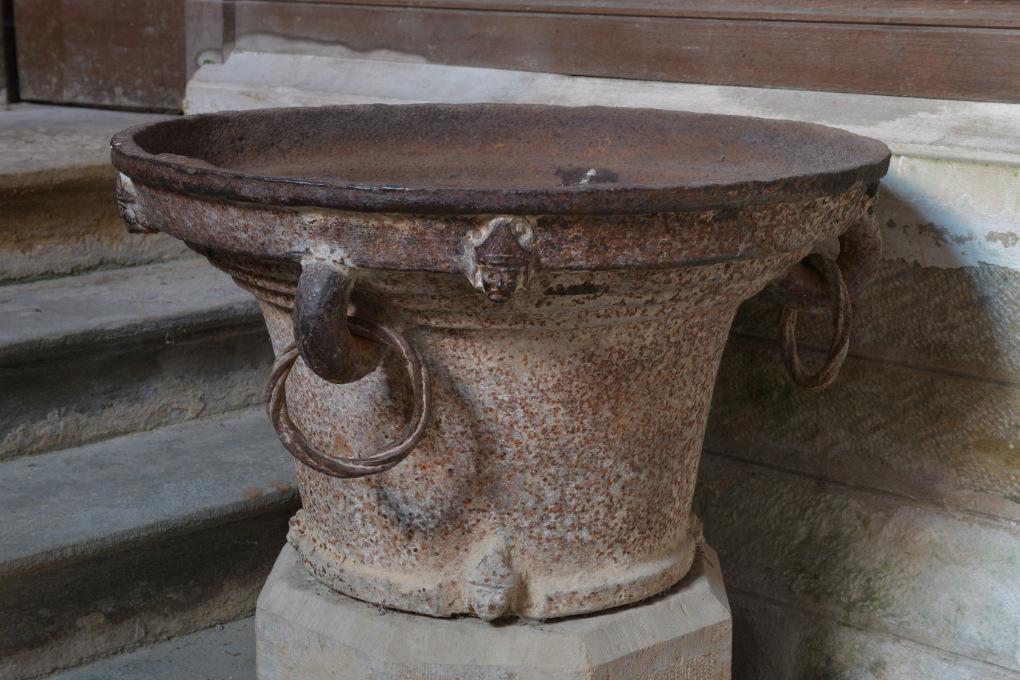 Domecy-sur-le-Vault - Eglise Saint-Léger (XVe s.) : bénitier (fin du Moyen Âge)