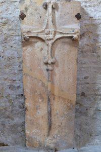 Saint-Bris-le-Vineux - église Saint-Prix-et-Saint-Cot (XIIIe-XVIe s.) : pierre tombale (XIIIe s. ?)