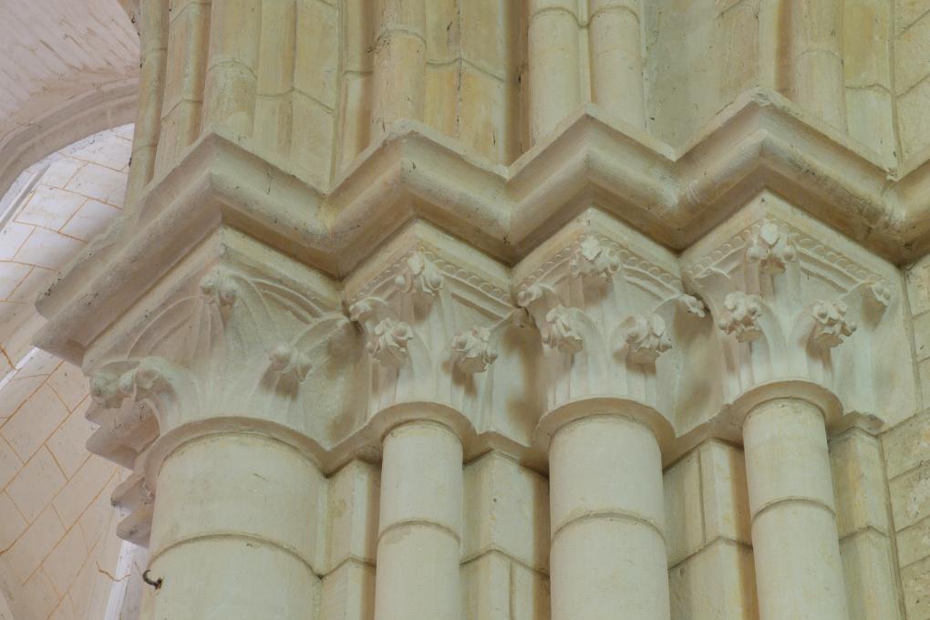 Saint-Bris-le-Vineux - église Saint-Prix-et-Saint-Cot (XIIIe-XVIe s.) : chapiteaux de la nef, collatéral sud
