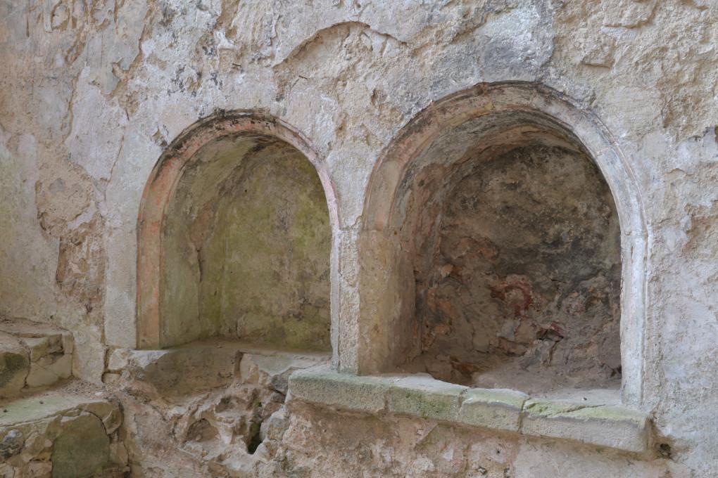 Saint-Julien-du-Sault - Ancienne chapelle castrale Saint-Julien de Vauguillain (fin du XIIe s.) : lavabos