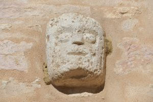 Santilly -Eglise Saint-Victor (XIIe s.) : masque, mur sud